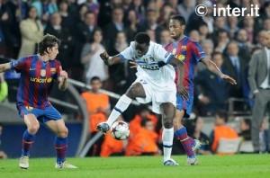 Futbolista keniano en el Inter de Milan, MacDonald Mariga protegiendo el balón de Seydou Keita del Barcelona. Imagen de: www.intermilan.it