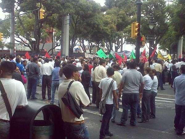 Ljudi na ulicama podžavaju Vladu. Tvit slika korisnika @ppviche upotrebljena uz njegovu dozvolu.