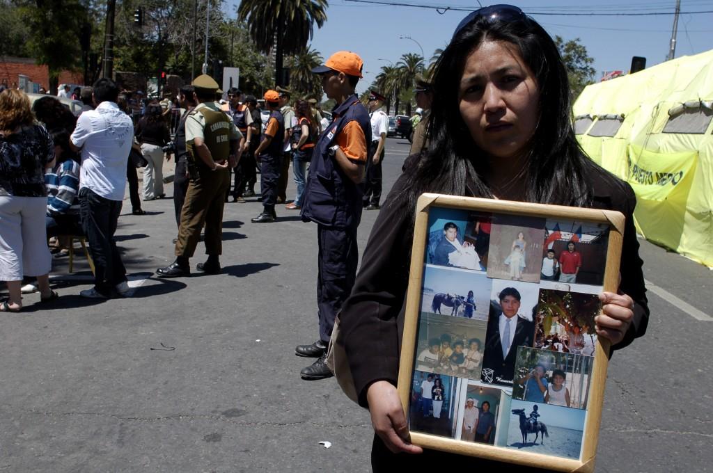 I familiari dei detenuti nel carcere di San Miguel aspettano i risultati degli esami del DNA per riconoscere i parenti deceduti. Santiago, Cile. 09/12/2010