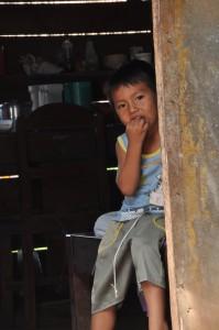 Dečak u svom domu. Fotografija. Laura Šnajder