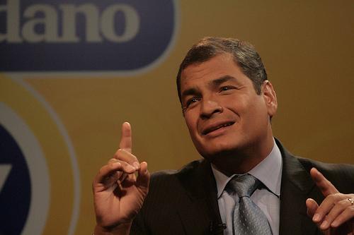 Rafael Correa, dedo.