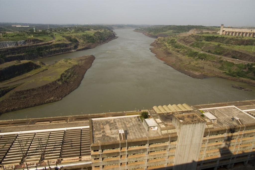 Represa Itapú, frontera entre Paraguay y Brasil
