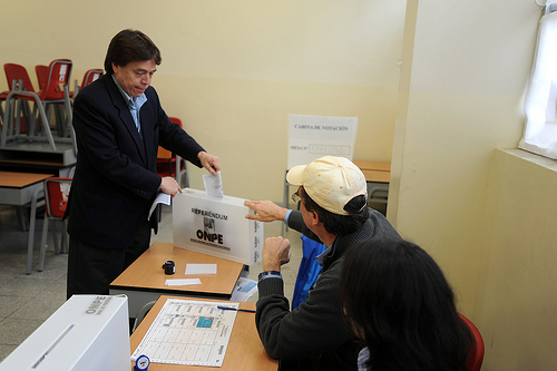 President of the Congress of Peru, César Zumaeta Flores, voting in the previous municipal elections. Image by Flickr user Congreso de la República (CC BY 2.0).