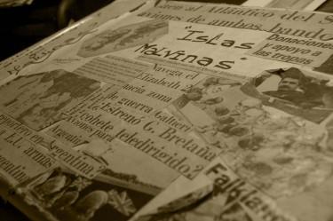 Krantenknipsels uit 1982. Foto van Laura Schneider.