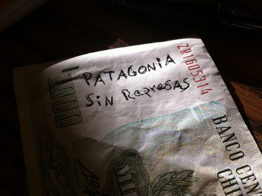 "1000 Chilean pesos bill with the phrase ""Patagonia Without Dams"". Image by Flickr user soy elOjo (CC BY-NC-SA 2.0)"