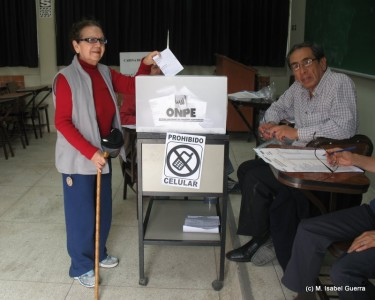 Senior citizen casting her vote in Lima, Peru. Photo: Isabel Guerra.