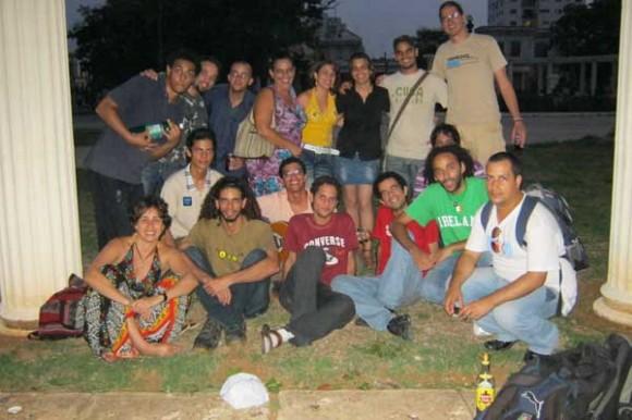 Grupa tviteraša okupljenih 1. jula na uglu 23. i 12. u Havani; fotografija: Elejn Dijas