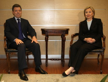 Juan Manuel Santos and US Secretary of State Hillary Clinton during her visit to Colombia in June 2010. Flickr image from eltiempo.com (CC BY-NC 2.0).