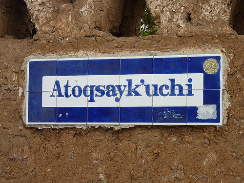 "Street name ""El camino del zorro"" (Fox Lane) in Quechua. Image by user geoced on Flickr (CC BY-SA 2.0)."