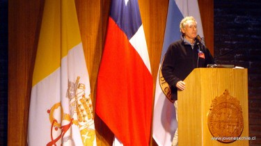 "Exposition of Felipe Cubillos, founder of the  project ""Desafío Levantemos Chile"". Photo on Flickr by JóvenesxChile  (CC BY-NC 2.0)"