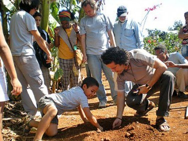 Siembra de una postura de Anacagüita. Foto: Cortesía de Isbel Díaz
