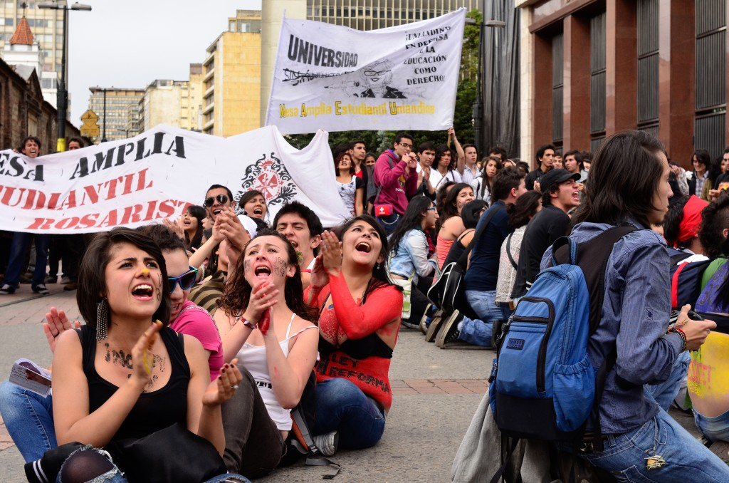 Students in Bogotá participating in a protest. Photo by Luis Gomez, Copyright Demotix (26/10/2011)