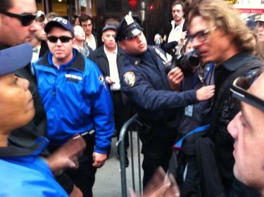 Se generaron ciertos roces entre fuerzas de la autoridad y la prensa en Times Square. Foto de Robert Valencia para Global Voices, 2011