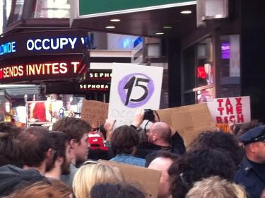 """Pancarta con el número """"15"""" en alusión a las marchas del 15 de octubre. Foto de Robert Valencia para Global Voices, 2011"""