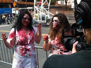 Mujeres disfrazadas de zombies formaban parte de la manifestación. Foto de Robert Valencia para Global Voices, 2011
