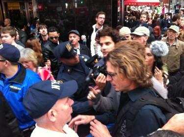 La policía trataba de controlar el paso de los transeúntes. Foto de Robert Valencia para Global Voices, 2011