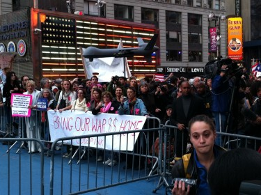"""Pancarta bajo la reseña """"Traigan el dinero de las guerras a casa"""". Foto de Robert Valencia para Global Voices, 2011"""