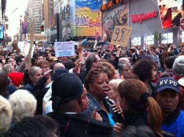 Los manifestantes se agruparon en pleno corazón de Times Square. Foto de Robert Valencia para Global Voices, 2011