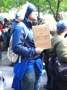 """Manifestante con una máscara de oveja y una pancarta que lee """"Ovejas del mundo, despierten"""". Foto de Robert Valencia para Global Voices, 2011"""