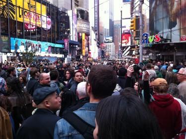 El flujo de la marcha no cesaba, aun con la presencia policial. Foto de Robert Valencia para Global Voices, 2011