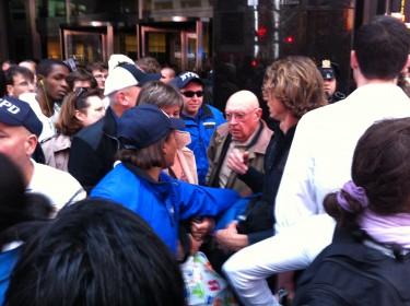 A medida que transcurría la marcha, se hacía más notable el roce policial con los manifestantes. Foto de Robert Valencia para Global Voices, 2011