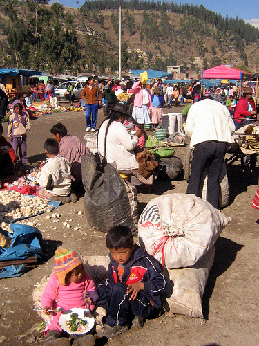 Fair in Andahuaylas. Image by Flickr user Anabelle Handdoek, under an Attribution-NonCommercial-ShareAlike 2.0 Generic (CC BY-NC-SA 2.0) license