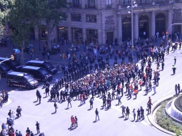 Estudantes em manifestação completamente rodeados pela polícia de choque.