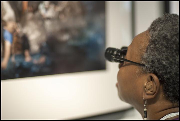 صورت هذه الصورة أثناء افتتاح معرض للمبادرة في مركز لانج أيلاند للتصوير