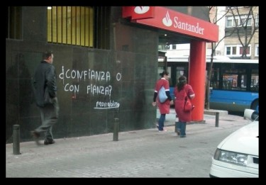 """¿Confianza o con fianza?"" (Trust or finance?) a play on words on the wall of the Santander Bank, photograph by Neorrabioso."