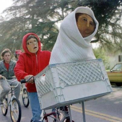 """El Ecce Mono, convertido en ET, en una bici que conduce Cecilia Giménez. Este """"meme"""" circuló ampliamente por Internet."""
