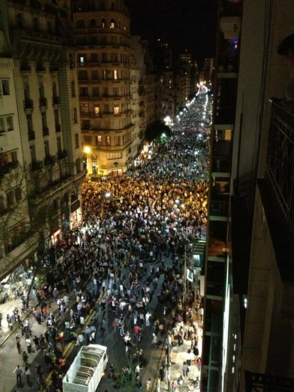 Protesta a Buenos Aires - immagine dell'utente Twitter @Carla BHO