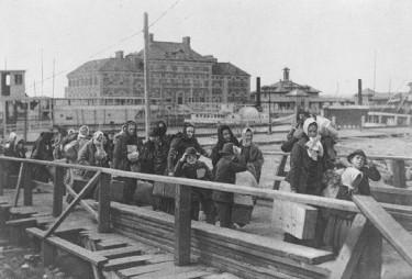 Emigrantes europeos llegan a la isla de Ellis en 1902. Foto de Wikipedia con licencia CC BY-SA 3.0