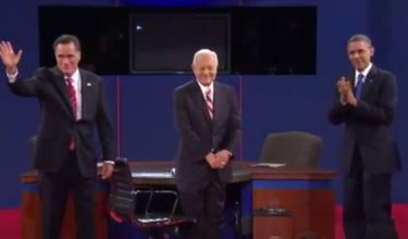 De izquierda a derecha: Romney, el moderador Bob Schieffer, y Obama en el tercer debate presidencial. Foto tomada de vídeo del debate en YouTube.