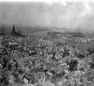 Ruinas de Colonia (Alemania) en 1945. Foto de alfonsopozacienciassociales.wikispaces.com con licencia CC BY-SA 3.0