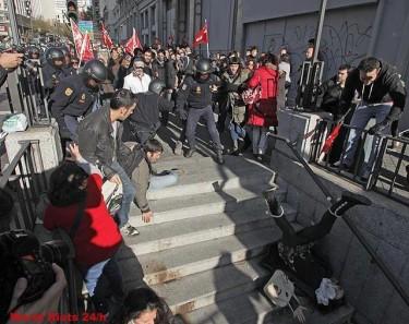 Madrid: uma mulher cai pelas escadas de acesso ao metro após ser empurrada por um agente da polícia.