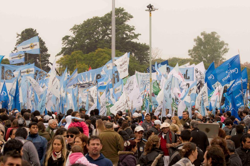 Agrupaciones kirchneristas acompañando a la Presidenta Cristina Fernández en el día de la bandera. Foto: Laura Schneider.