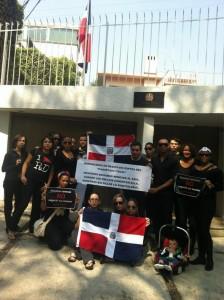 Protestantes frente a Embajada Dominicana en Mexico Vía @periodico7dias.