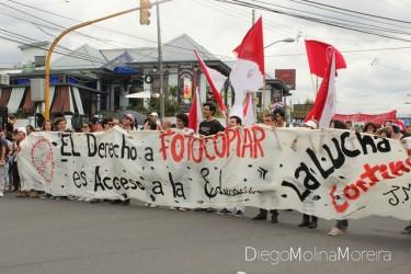Estudiantes protestando la prohibición legal de sacar fotocopias. Foto por Diego Molina Moreira, Diego Molmo en Flickr, bajo Licencia Creative Commons (CC BY-NC-SA 2.0).