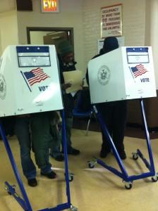 Votantes en las urnas ejerciendo su voto.