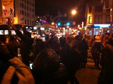 Entre tanto, en Harlem, un barrio cuya mayoría pertenece a las comunidades de color, salió a las calles a celebrar la victoria de Obama.