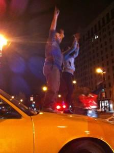 La emoción se apoderó de este taxista, quien al ver la algarabía se bajó de su taxi y celebró la victoria.