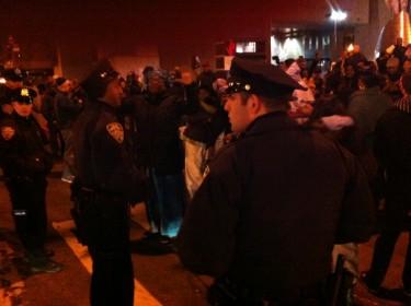 A medida que la gente se aglomeraba para celebrar, la policía acordonaba el lugar.