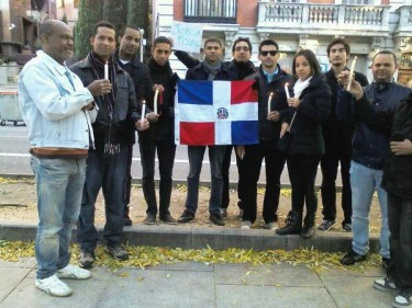 Dominicanos frente a su embajada en España Vía @maribelnexos