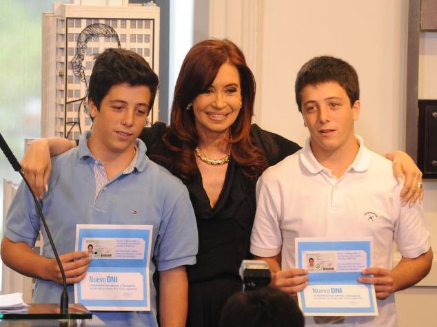 Momento en que la Presidente Cristina Fernandez entrega los nuevos documentos de identificacion que habilita a las personas de 16 años a votar - Imagen de  www.casarosada.gov.ar bajo Licencia Creative Commons