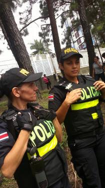 """""""Hace un rato en Los Yoses, una chica le dio flores blancas a las policías #1CR"""""""