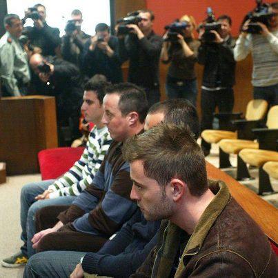 Los 'mossos' ahora indultados, durante el juicio. Foto subida a la página de Facebook «Paradoja: no había disturbios hasta que llegaron los antidisturbios»
