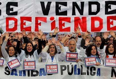 Una marea blanca de sanitarios se manifiesta en contra de las políticas sanitarias del gobierno. Foto del blog Kinkalla