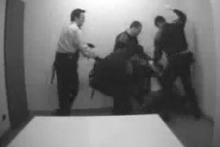 Las cámaras de la comisaría de Les Corts captan a unos 'mossos' golpeando a un detenido. Foto del blog «Chorizos ibéricos»