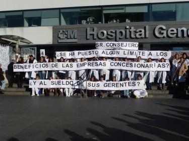El personal sanitario del Hospital La Paz pregunta: ¿Se ha puesto algún límite a los beneficios de las empresas concesionarias? ¿Y al sueldo de sus gerentes? Foto del blog «La voz del HULP»