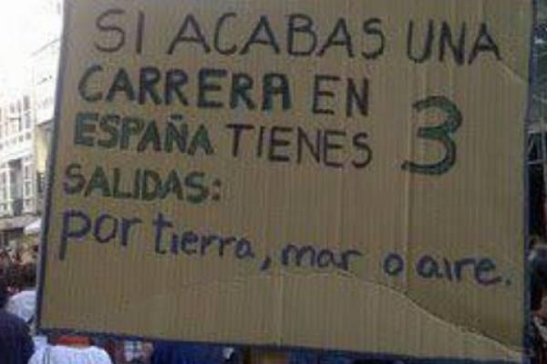 Pancarta: «si acabas una carrera en España tienes 3 salidas: por tierra, mar o aire». Foto de la web kaosenlared.net